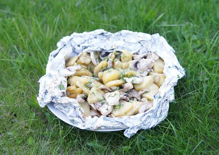 Картошка с грибами в фольге на мангале