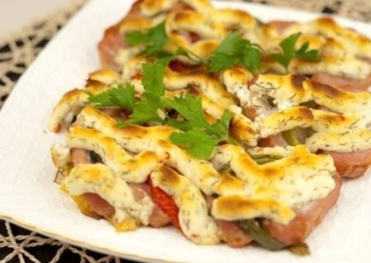 Свинина с овощами под сырной корочкой