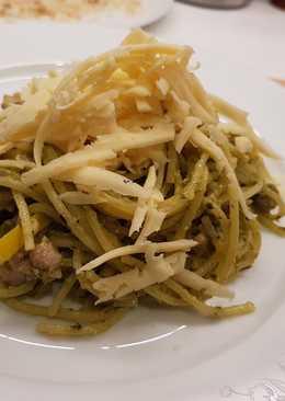 Спагетти с курицей и соусом песто