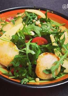 Теплый салат с рукколой и морскими гребешками (диетическое блюдо)