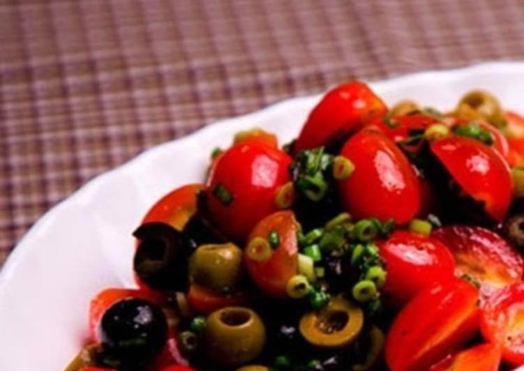 Легкий салат с помидорами, маслинами и оливками
