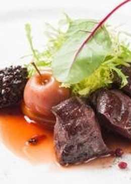 Корейка косули с пряной хурмой и соусом из хвои