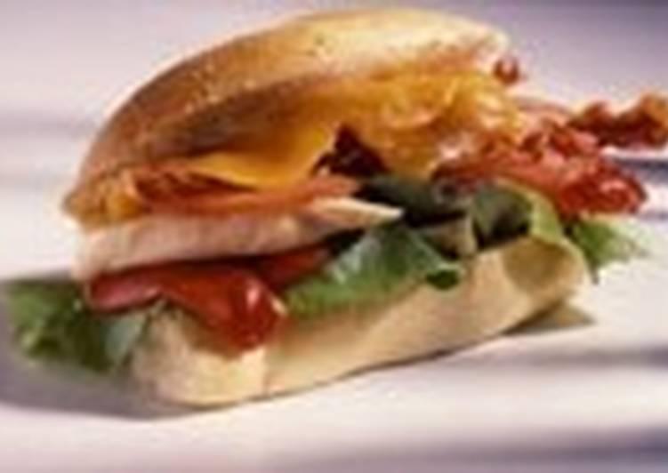 Сэндвич с беконом и курицей