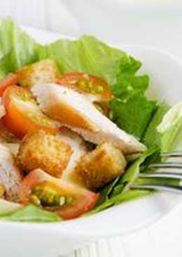 Салат Цезарь - новогодний салат с курицей и сухариками