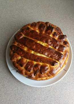 Дрожжевой пирог с творогом и изюмом