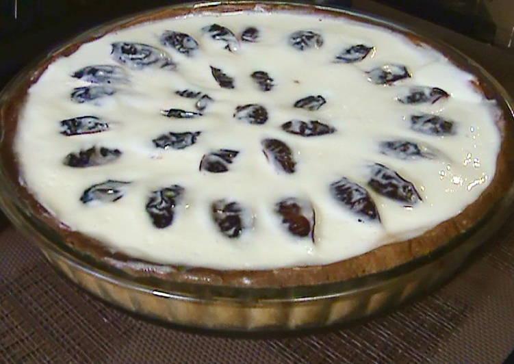 Пирог со сливами в сметанной заливке
