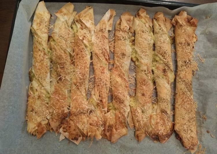 Сырные палочки с соусом песто