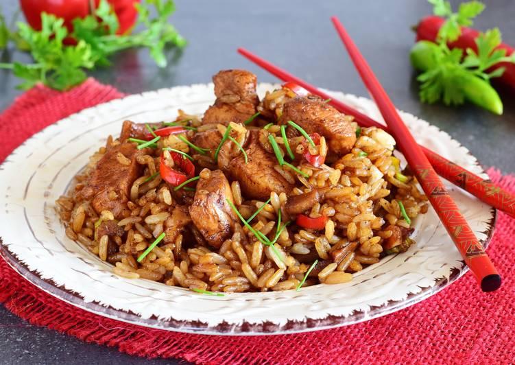 Курица с рисом — это идеальное сочетание, доказательства тому огромное количество рецептов, например куриный плов.