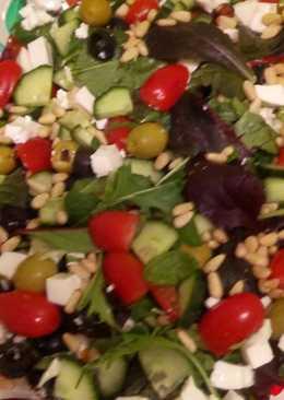 """Салат с кедровыми орешками, помидорами черри, сыром """"Фета"""", оливками,салатными листьями"""