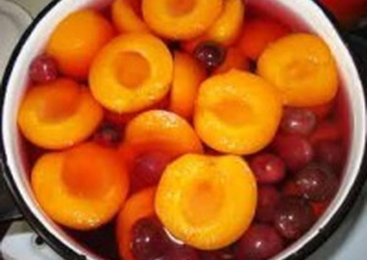 Компот с вишней, яблоками и персиками