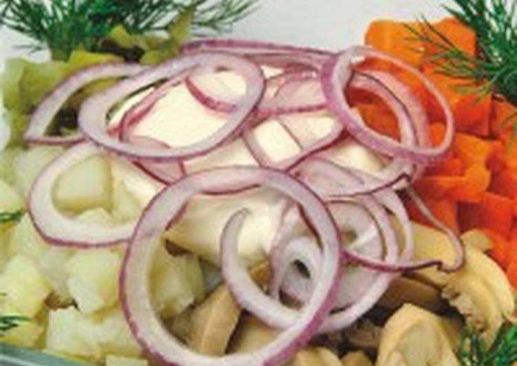 Салат из креветок с патиссонами и маринованными грибами