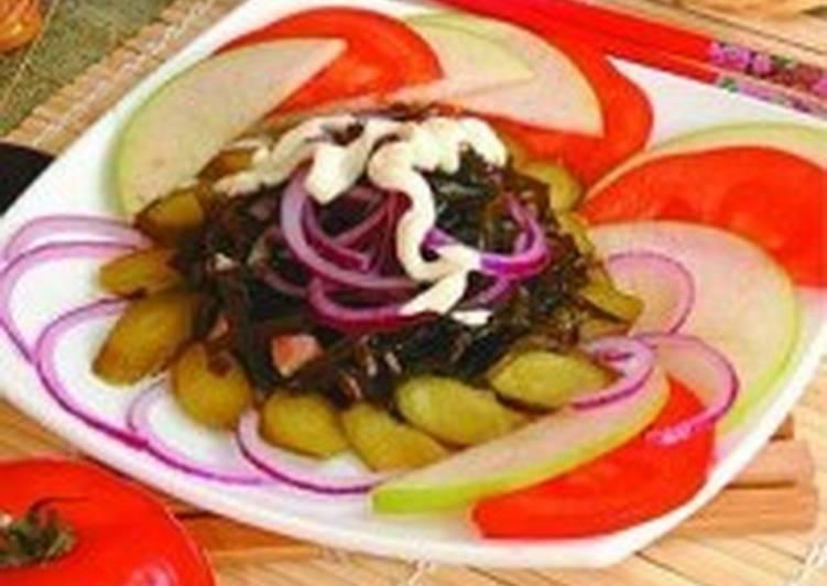 Салат из морской капусты с маринованным луком