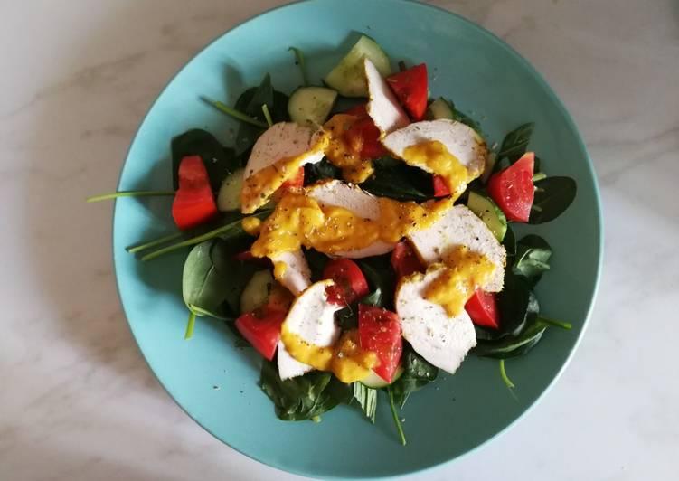 Салат с курицей и манговый соусом