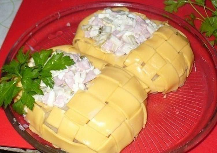 Салат в «лаптях» из твердого сыра