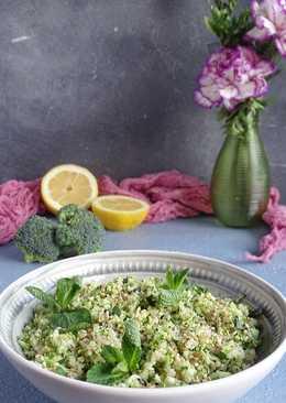 Салат с брокколи, киноа, мятой, сезамом и заправкой из тахини и лимонного сока