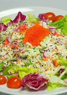Крабовый салат с морской капустой и маринованным имбирем
