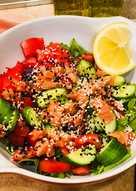 Овощной салат с руколой и кетой