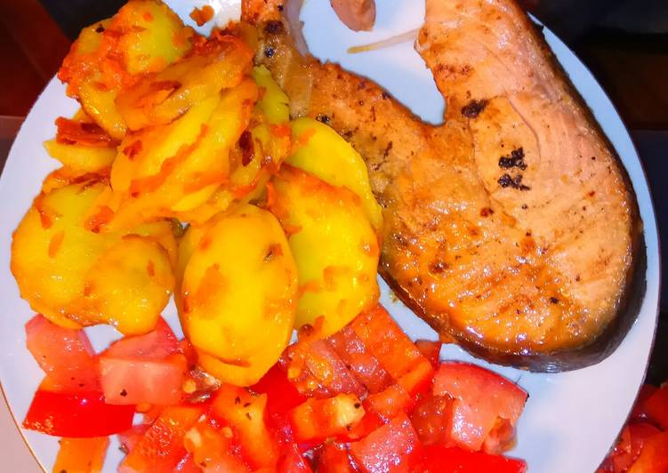 Стейки из красной рыбы с лимонным соком и картошка с морковкой