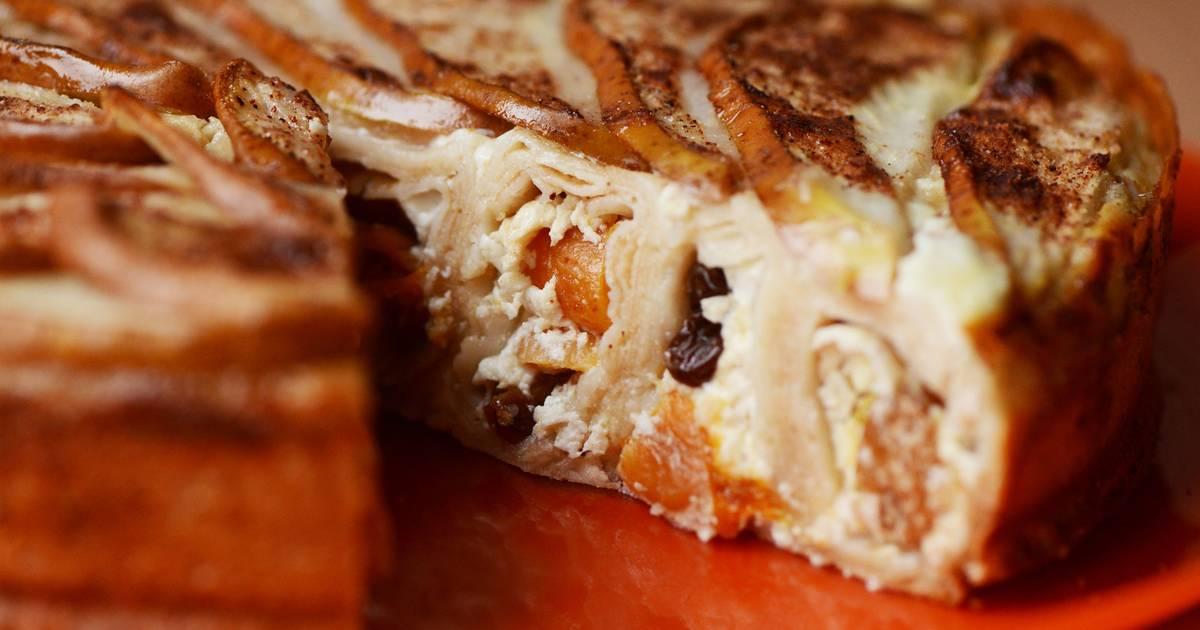 В самом конце в тесто вводим смесь сухофруктов с орехами и аккуратно перемешиваем, в конце вливаем тот ром, что остался от сухофруктов, и снова перемешаем.