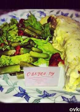 Рыба запеченая с творожным соусом и салат