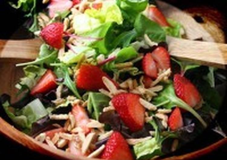 Салат с клубникой и миндалем