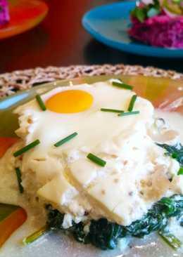Копчёный палтус со шпинатом и запеченными яйцами под фреш соусом