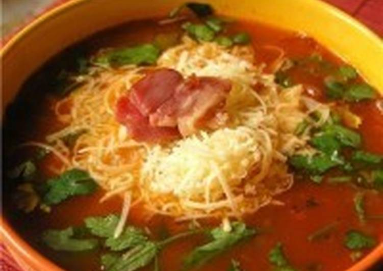 Томатный суп с сыром, овощами и вином
