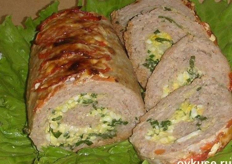 Рулет мясной с яйцом и зеленым луком