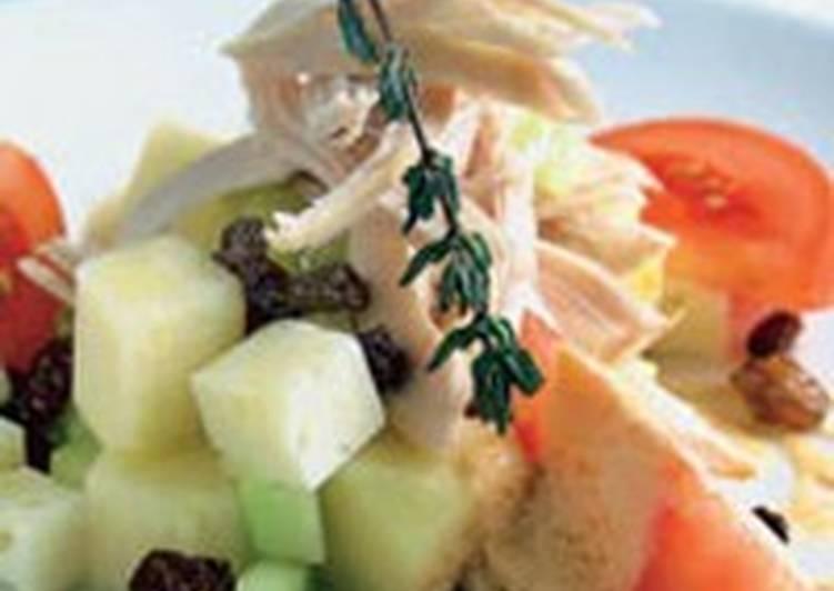 Салат с курицей, ананасом, изюмом и овощами