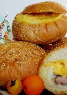 Сытный завтрак. Булочка с яйцом и мясом в духовке