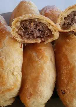 Пирожки из слоёного теста с мясом и капустой