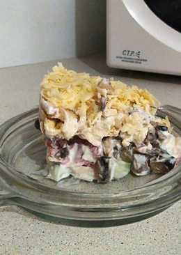 Слоеный салат с курицей, грибами и сухариками