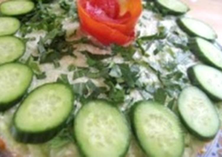 Салат новогодний со шпротами и огурцами