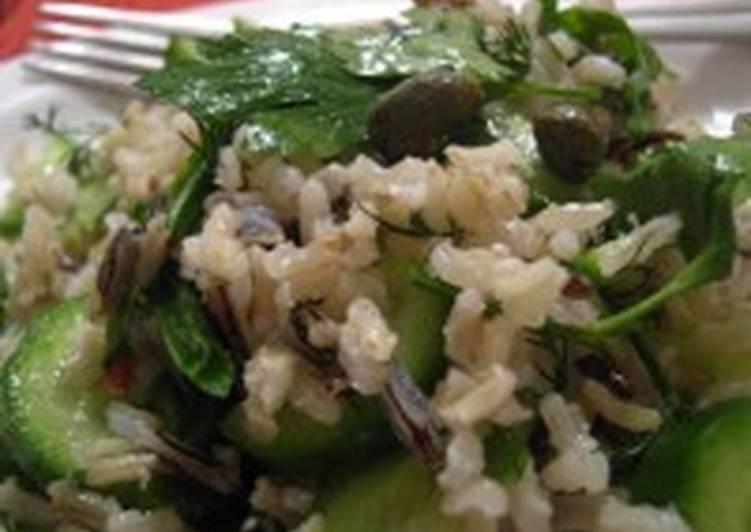 Постный рисовый салат с огурцом и лососем