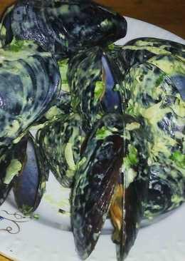 Черноморские мидии в ракушке, под соусом из плавленого янтаря и зелени