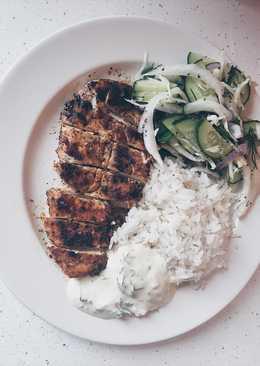 Грудка куриная с рисом, соусом и салатом