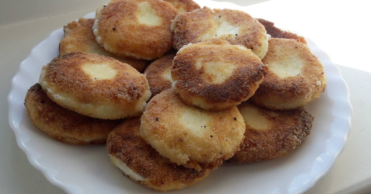 Потому, что сырники могут «гореть» на сковороде из-за переизбытка сахара.