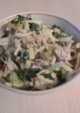 Салат из капусты с курочкой и зелёным горошком
