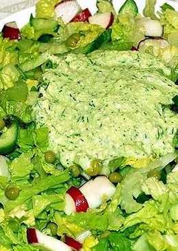 Зеленый салат с соусом из душистой брынзы