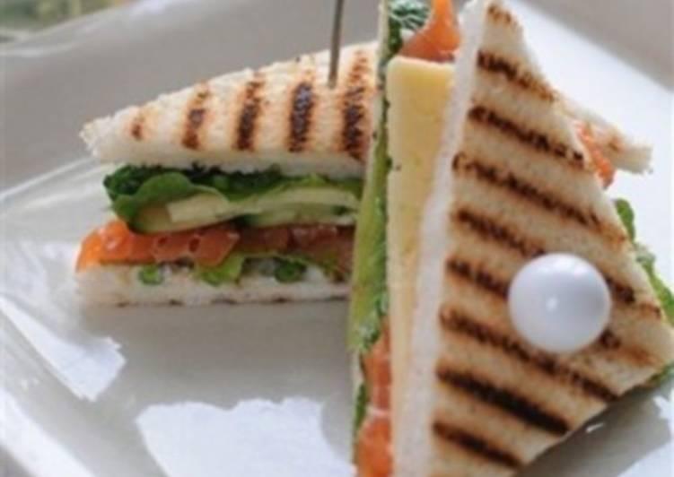 Сэндвич с рыбой, овощами и сыром