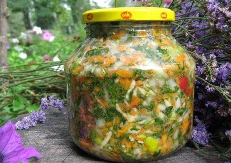Салат-заготовка «Украинский» из розовых и зеленых помидоров