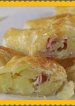 Пирожки с картошкой, беконом и сыром из слоеного теста