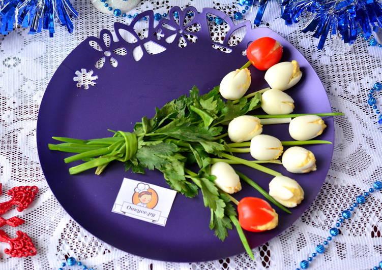 """""""Тюльпаны"""" из фаршированных яиц"""