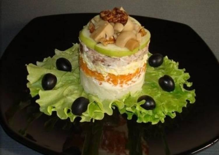 Порционный слоеный салат с курицей, яблоком, орехами и грибами