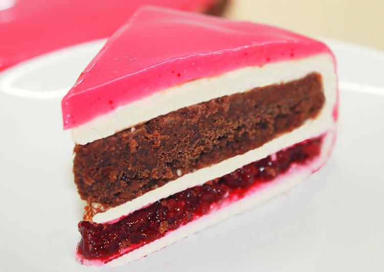 Современный торт с зеркальной глазурью из шоколада и вишни