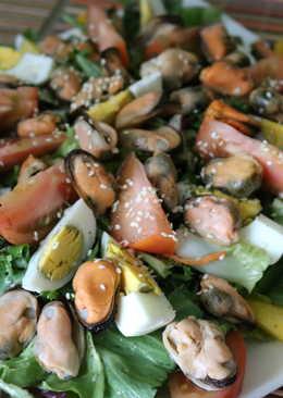 Овощной салат с мидиями и яйцом