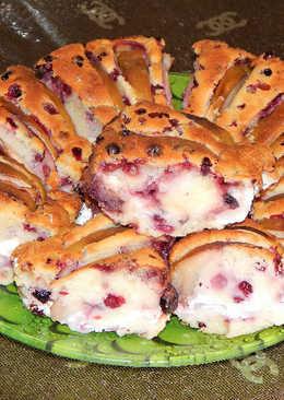 Кекс с брусникой, сливами и яблоком