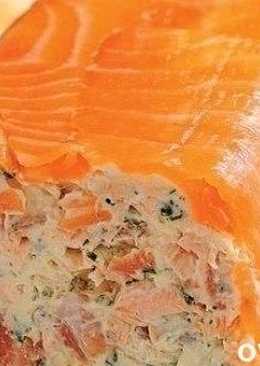 Рулет из творожного сыра и копченого лосося