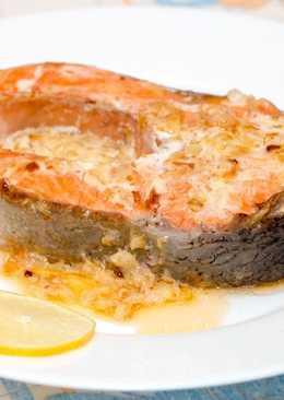 Стейк из лосося со сметанным соусом