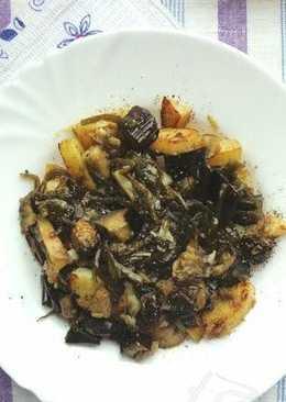 Теплый салат с печеными овощами и морской капустой